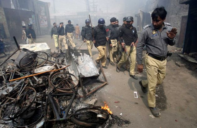 Mob torches dozens of Pakistani Christian homes 02.jpeg
