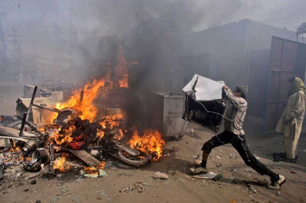 Mob torches dozens of Pakistani Christian homes 03.jpeg