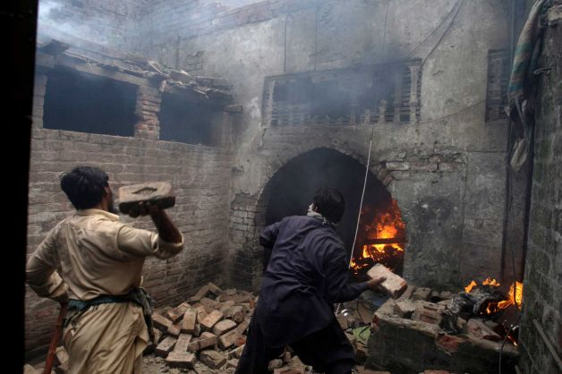 Mob torches dozens of Pakistani Christian homes.jpeg